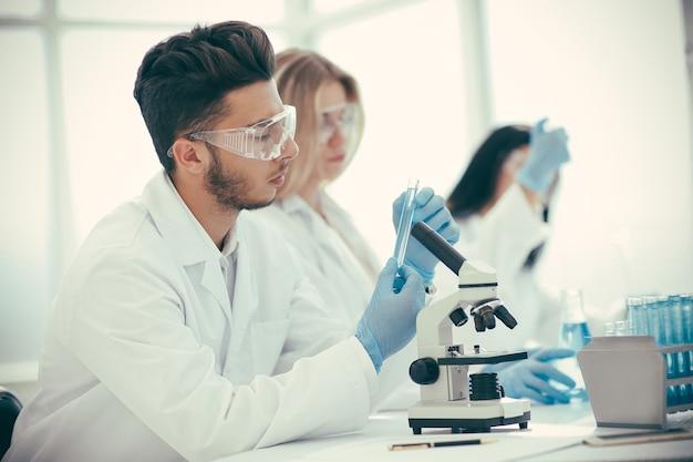 Gruppe von wissenschaftlern, die einen neuen coronavirus-impfstoff testen. wissenschaft und gesundheit