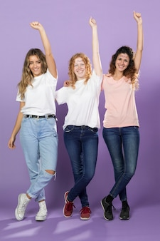 Gruppe weibliche aktivisten, die zusammen aufwerfen