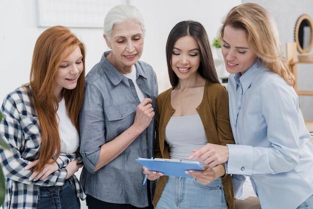 Gruppe weibliche freunde, die zusammenarbeiten
