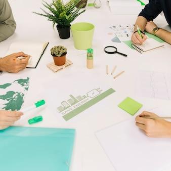 Gruppe wirtschaftler, die an der energieeinsparung am arbeitsplatz arbeiten