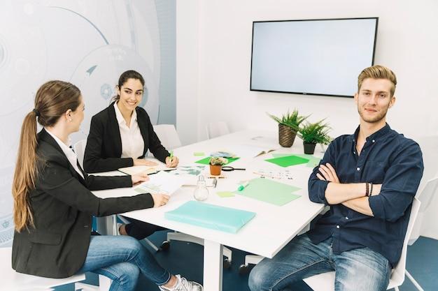 Gruppe wirtschaftler, die im büro sitzen