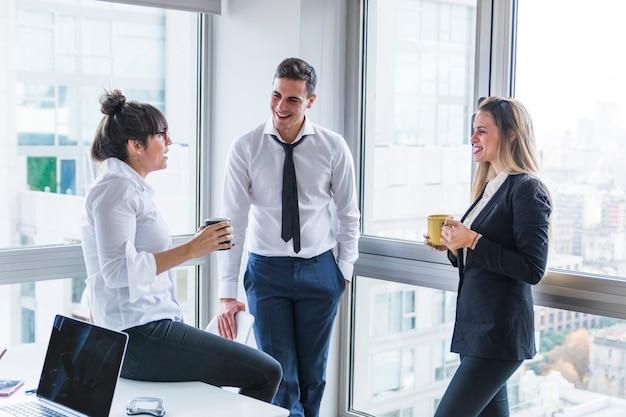 Gruppe wirtschaftler, die im büro stehen