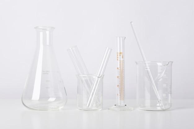 Gruppe wissenschaftlicher laborglaswaren mit klarer flüssiger lösung, wissenschaftliches forschungs- und entwicklungskonzept.
