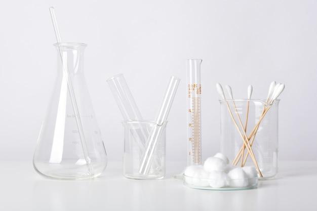Gruppe wissenschaftlicher laborglaswaren mit klarer flüssiger lösung