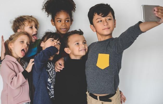 Gruppen-kinder, die das foto-glück entzückend nehmen