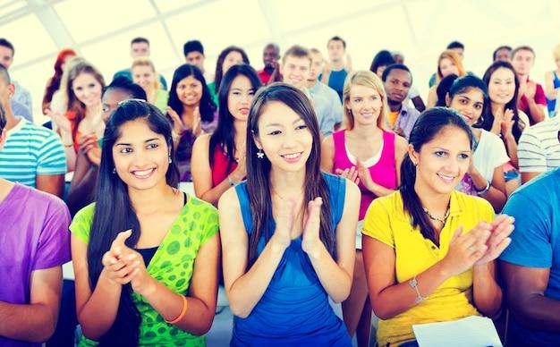 Gruppen-leute-zufälliges lernen-vorlesungs-applaus-klatschendes konzept