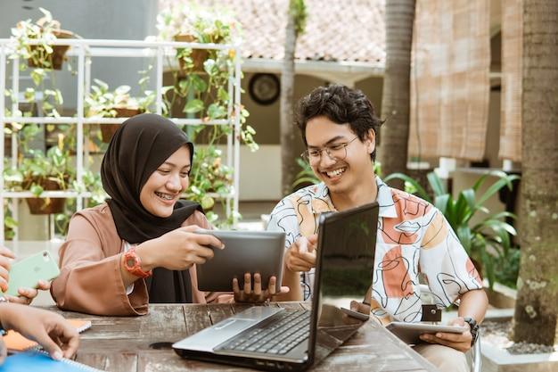 Gruppen von teenagern lernen gemeinsam, an college-aufgaben zu arbeiten