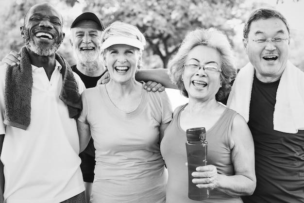 Gruppenfoto von den älteren freunden, die zusammen trainieren