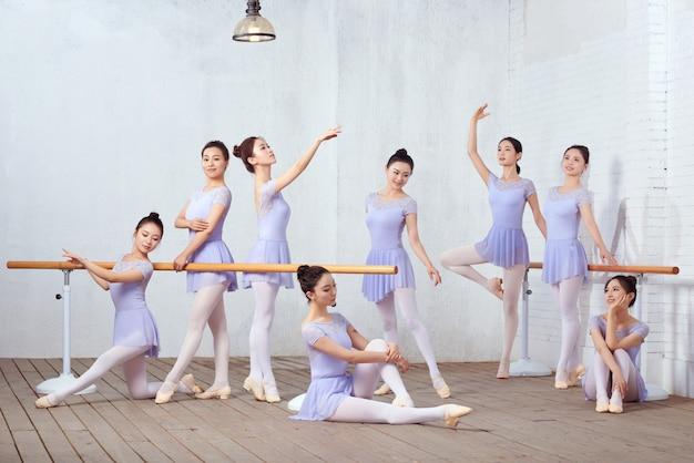 Gruppenfoto von tanzlehrern im tanzstudio