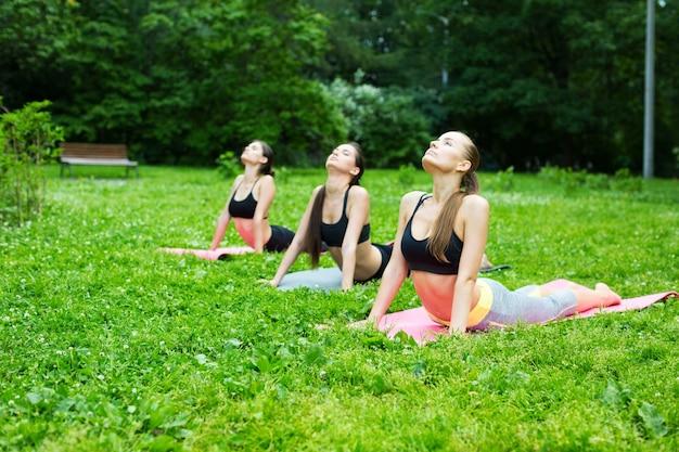 Gruppenfrau, die draußen trainiert