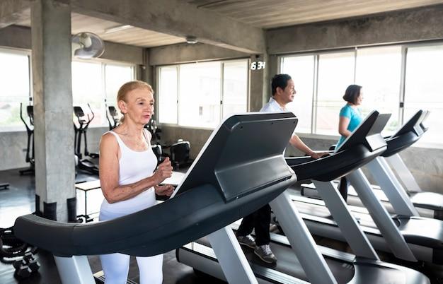 Gruppenfreund von senioren im fitnessstudio