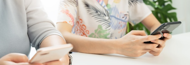 Gruppenfreunde mit smartphone, in der freizeit.