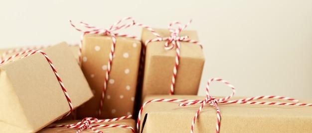 Gruppengeburtstagsgeschenkbox für einen besonderen menschen auf einem holztisch.