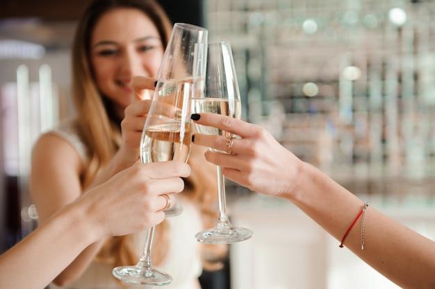 Gruppenleute mit champagnertanzen an der party