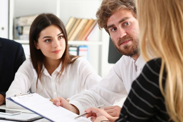Gruppenleute sitzen absichtlich im büro, um probleme zu lösen