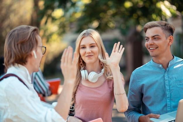 Gruppenmitglieder heben die hände und verabschieden sich gegenseitig von high five