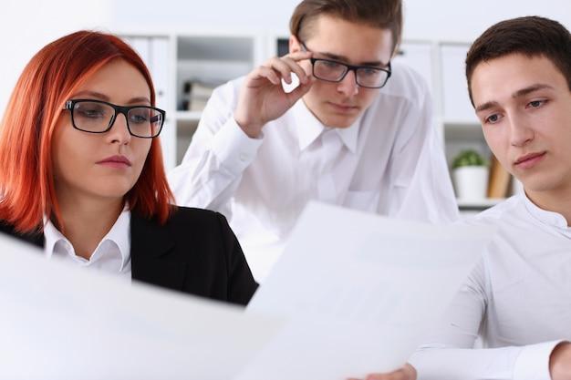Gruppenmitglieder sitzen im büro, um probleme zu lösen
