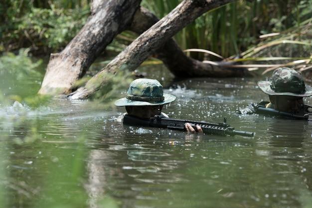 Gruppensoldaten im hintergrund oder in der tapete.