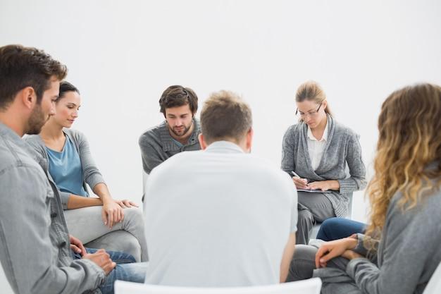 Gruppentherapie in der sitzung, die in einem kreis sitzt