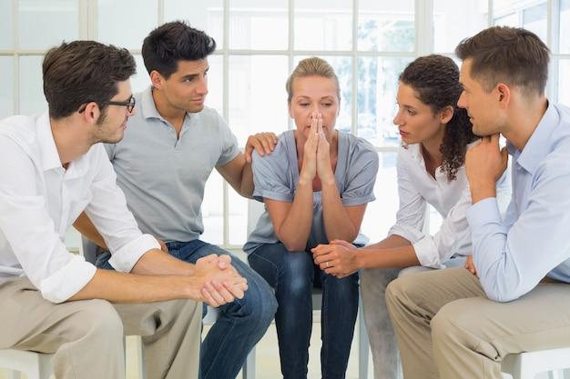 Gruppentherapie in sitzung im kreis sitzen