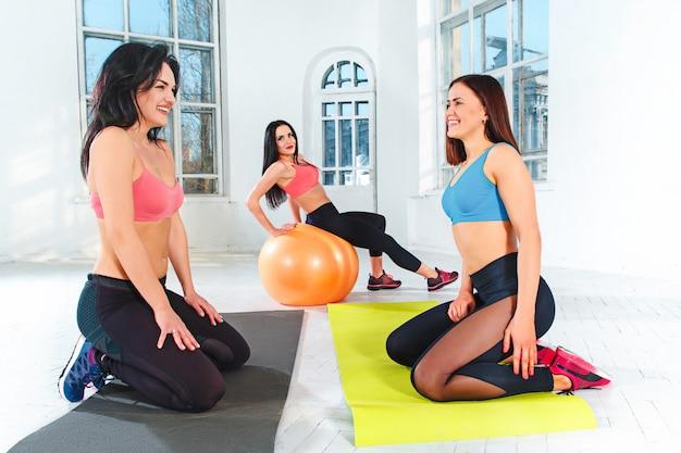 Gruppentraining in einem fitnessstudio eines fitnesscenters