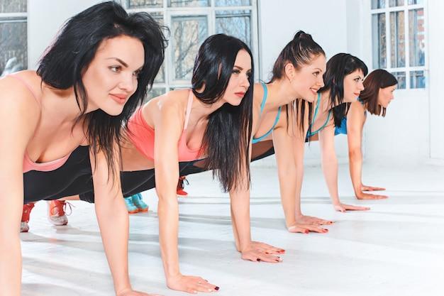 Gruppentraining in einer turnhalle eines fitnesscenters