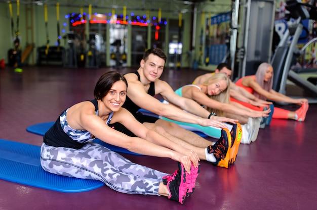 Gruppenunterricht im fitnessstudio