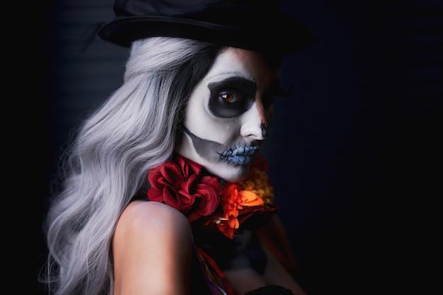 Gruselige frau in halloween dia de los muertos make-up
