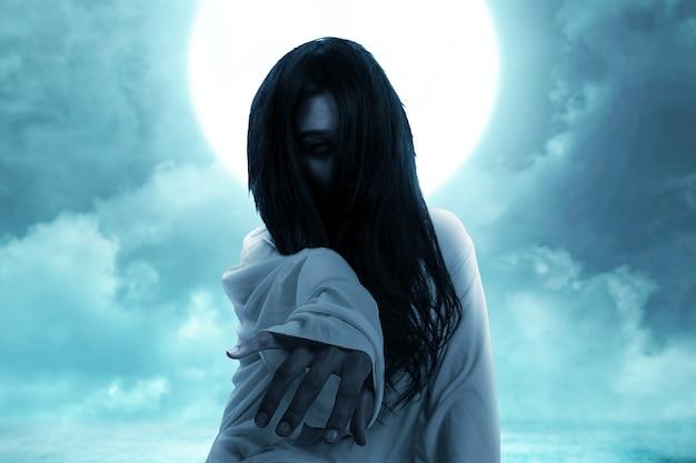 Gruselige geisterfrau kriecht. halloween-konzept