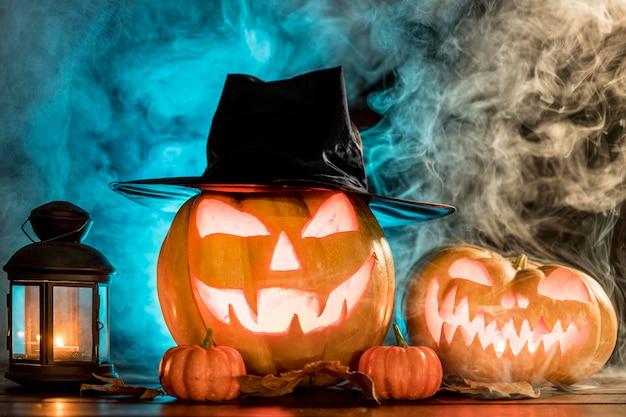 Gruselige geschnitzte kürbisse für halloween-event