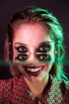 Gruselige halloween-fotografie einer frau mit vier augen