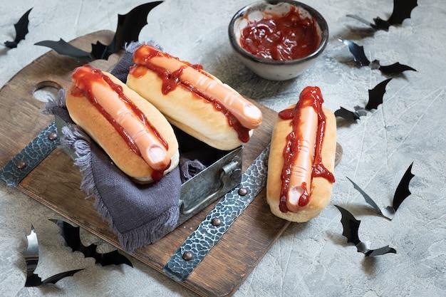 Gruselige halloween hot dogs sehen aus wie blutige finger