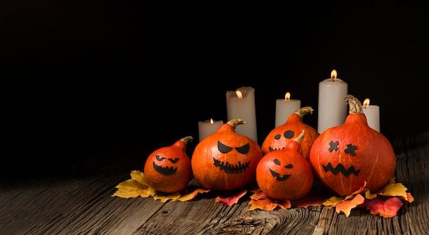 Gruselige halloween-kürbise und kerzen