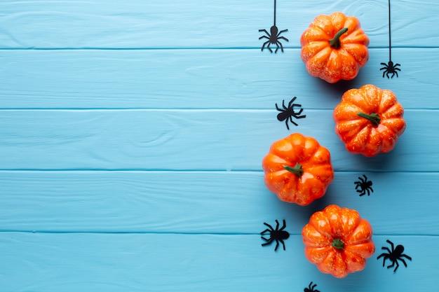 Gruselige halloween-kürbise und spinnen