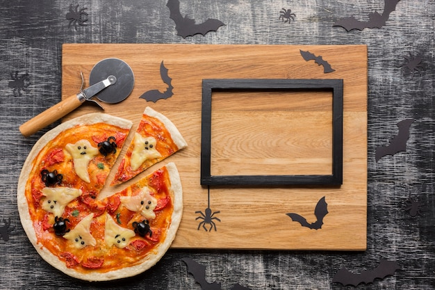 Gruselige halloween-pizza mit schneider und rahmen