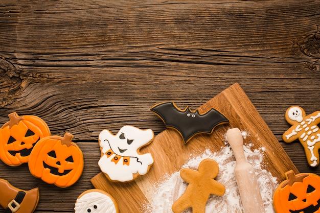Gruselige halloween-plätzchen auf einem hölzernen hintergrund