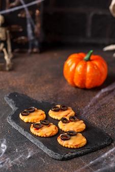 Gruselige mini-mumienpizza von halloween