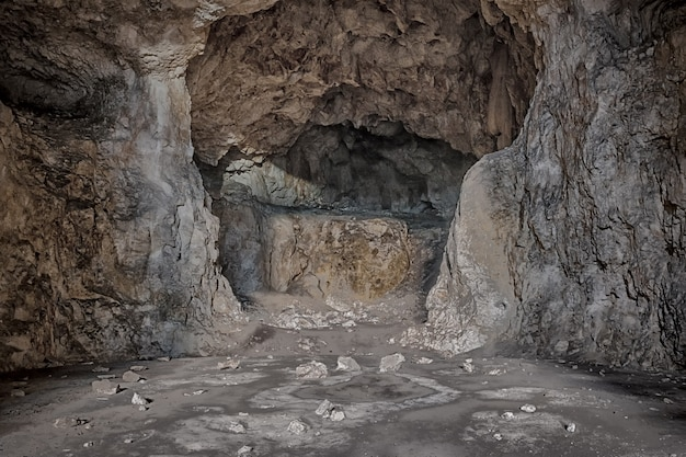 Gruselige schreckliche steinhöhle