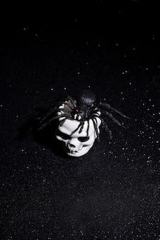 Gruselige spinne, die für halloween aus einem schädel kommt