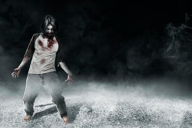 Gruselige zombies mit blut und wunde an seinem körper, die im dunklen hintergrund stehen