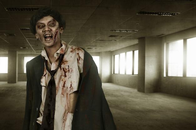 Gruseliger asiatischer zombiemann mit blut