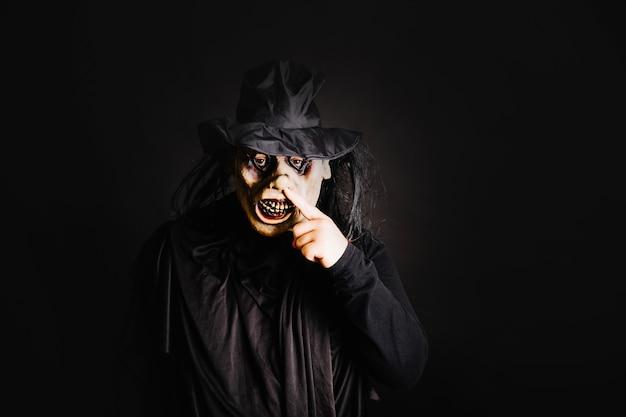 Gruseliger mann in der maske auf schwarz