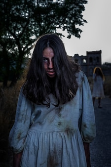 Gruseliger weiblicher zombie im freien