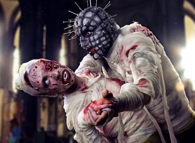 Gruseliger zombie in blut und verband halloween-feier-party-kostüm