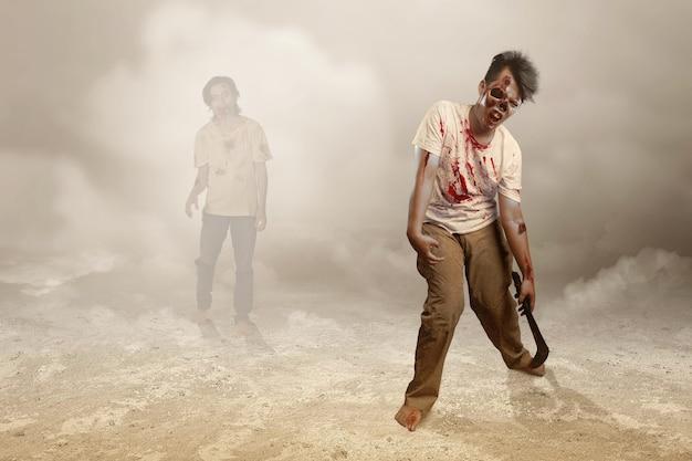 Gruseliger zombie mit blut und wunde an seinem körper, der sichel auf dem feld hält
