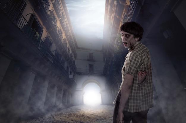 Gruseliger zombiemann, der auf verlassenem platz lebt