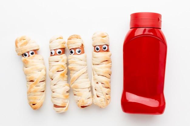 Gruseliges halloween-essen der draufsicht mit ketchup