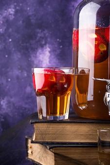 Gruseliges halloween-getränk herbstapfelwein oder limonade