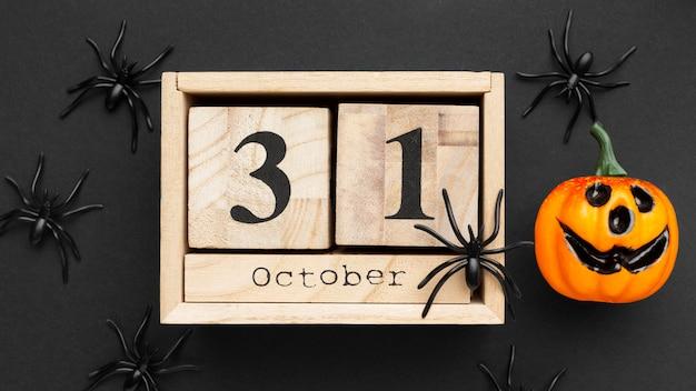 Gruseliges halloween-konzept der draufsicht mit spinnen
