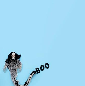 Gruseliges halloween-kostüm der draufsicht mit kopienraum